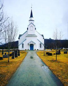 Moe kirke april 2021 inngangen foto kr