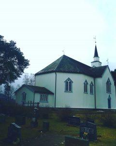 Moe kirke april 2021 sett fra kirkegården foto kr