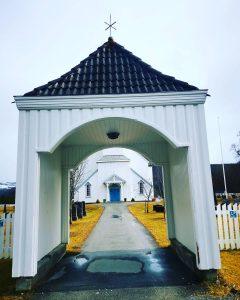 Moe kirke sett fra porten april 2021 foto kr